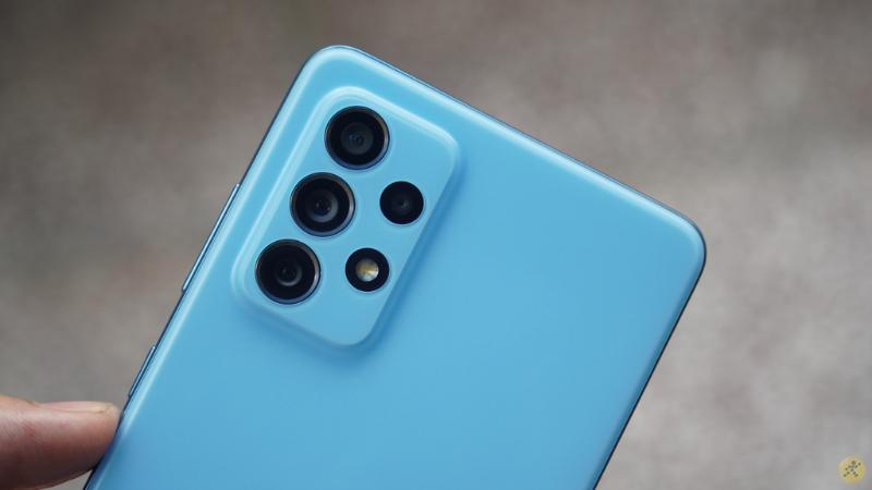 Cụm camera trên chiếc Galaxy A72 cũng được làm nhám và giống màu với mặt lưng.
