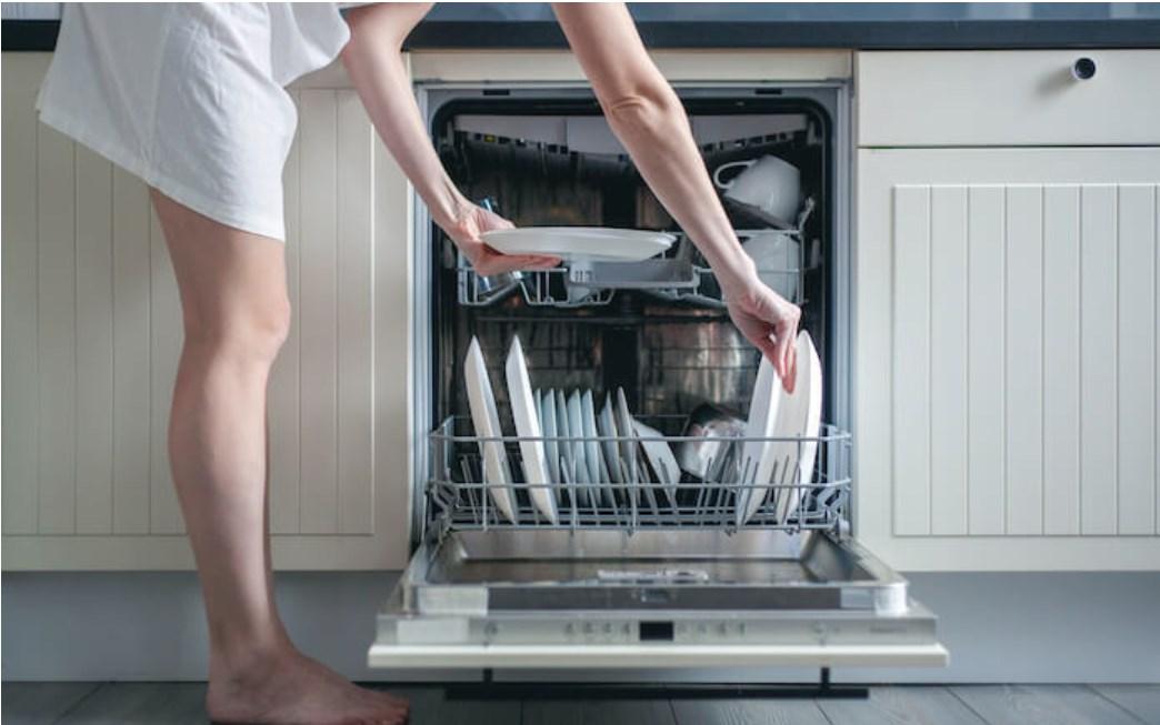 Không lấy chén bát ra ngay sau khi rửa