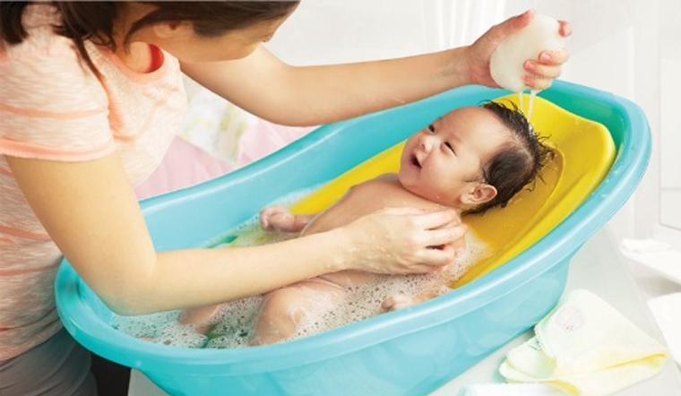 Trời nóng có nên tắm cho bé mỗi ngày không?