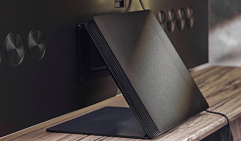 Slim One Connect Box có diện mạo nhỏ gọn hơn và có thể gắn lên chân đế tivi