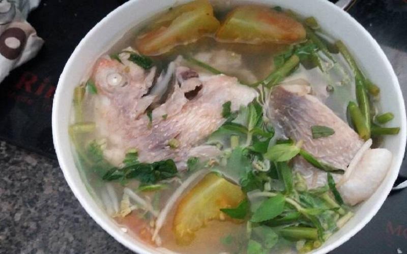 Canh rau muống với cá