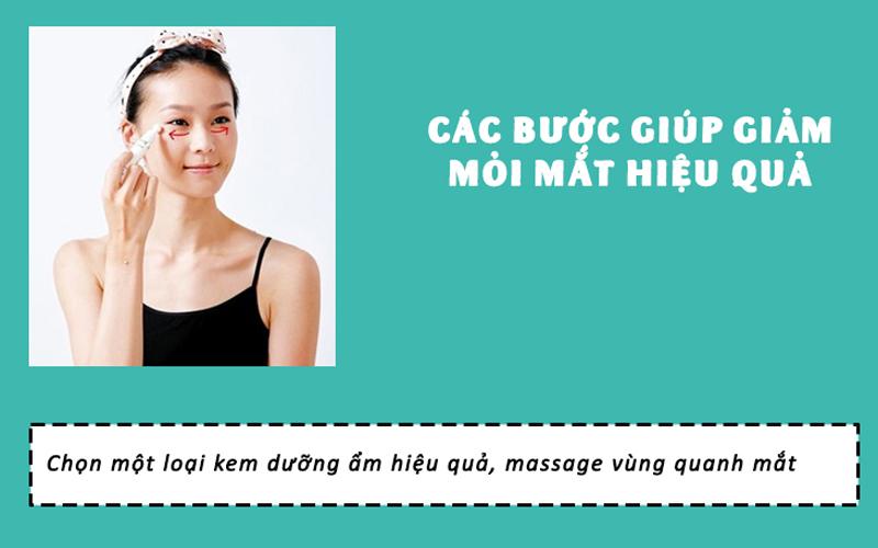 sử dụng kem dưỡng ẩm để massage vùng mắt