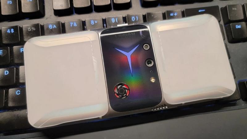 Lenovo Legion 2 Pro lộ ảnh thực tế: Ấn tượng với mặt lưng có cả quạt tản nhiệt, lỗ thông hơi và hệ thống đèn RGB