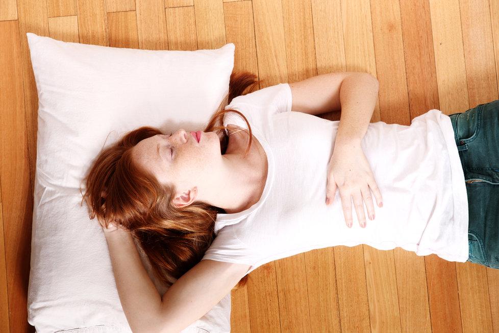 Ngủ dưới sàn hặc ngủ ngoài trời