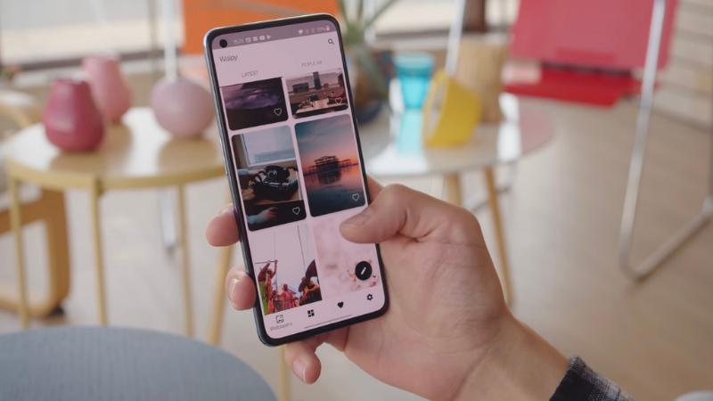 Nếu như OnePlus 9 có tấm nền LTPO thì máy sẽ tự động hạ tốc độ làm tươi xuống khi người dùng lướt xem hình ảnh. (Nguồn: GSMArena).