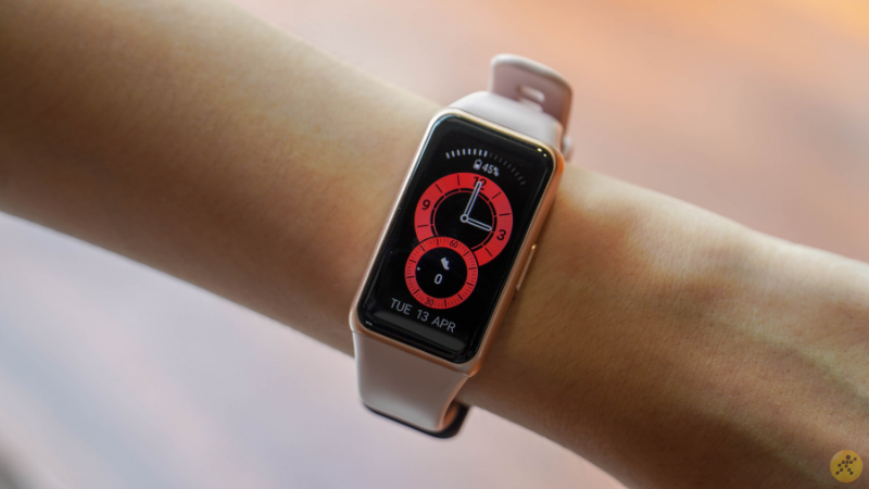 Due to its light weight and compact design, the Huawei Band 6 feels quite comfortable to wear.