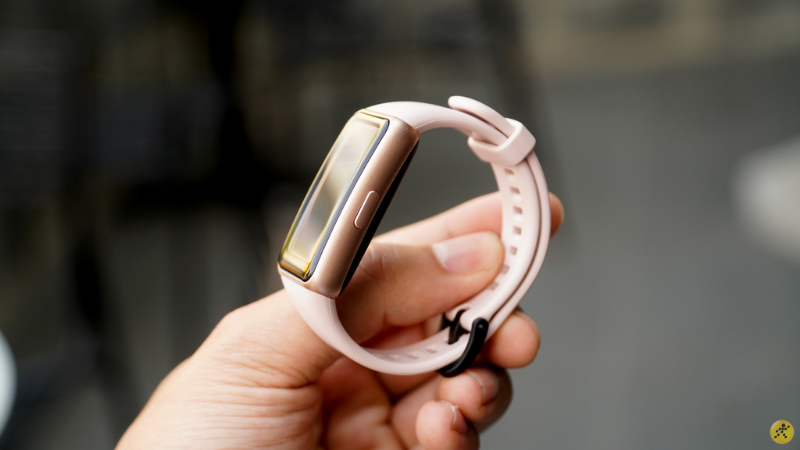 On the right side will be the power button of the Huawei Band 6.