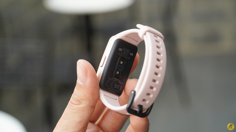 On the back of the Huawei Band 6, we will see a heart rate sensor, a SpO2 sensor (measuring oxygen in the blood).