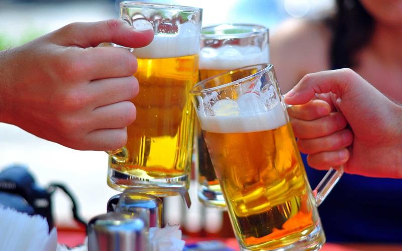 Uống nước khoáng thay vì uống trà, bia