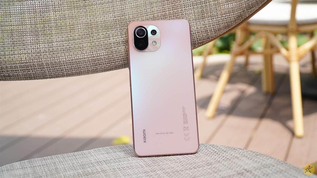 The overall design of the Xiaomi Mi 11 Lite