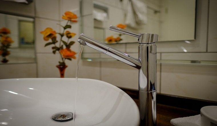 Mẹo vặt làm sạch nhanh chóng vòi rửa, vòi tắm sạch bong sáng bóng