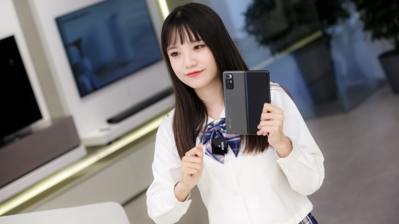 Xiaomi Mi MIX Fold dễ dàng trải qua thử nghiệm uốn cong 400.000 lần, nên người dùng cứ yên tâm sử dụng đến 10 năm
