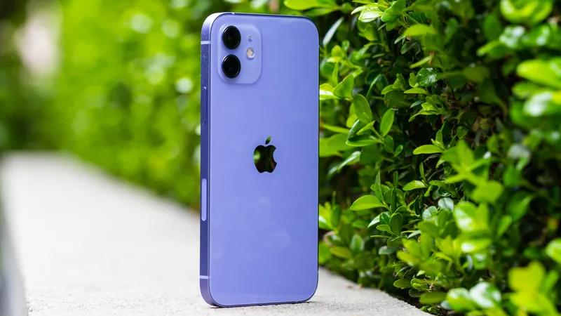 Cach-cam-tren-tay-iPhone-12-mau-tim