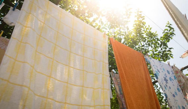 Tại sao quần áo phơi dưới nắng luôn thơm hơn so với khi phơi trong nhà?