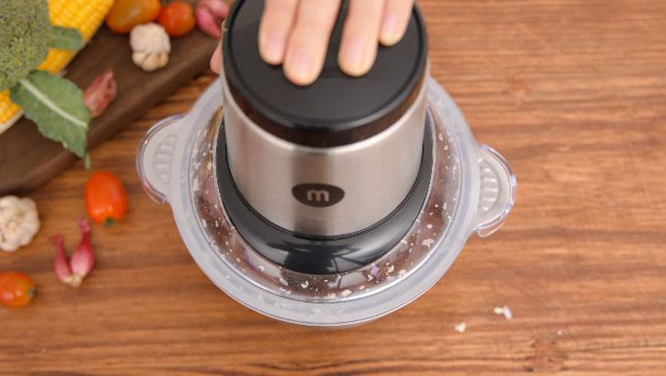 Nhấn giữ nút để bắt đầu quá trình xay thịt