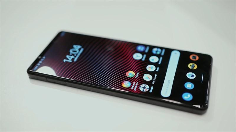 Thiết kế tổng thể của Sony Xperia 5 Mark III trông mềm mại hơn, nhẹ nhàng hơn so với 1 Mark III