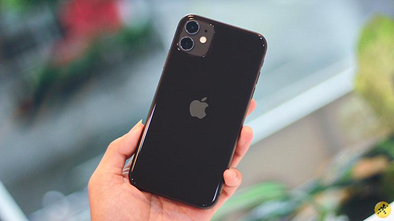 Mặt lưng kính bóng bẩy của iPhone 11.