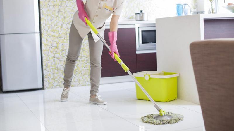 Thường xuyên lau chùi sàn nhà