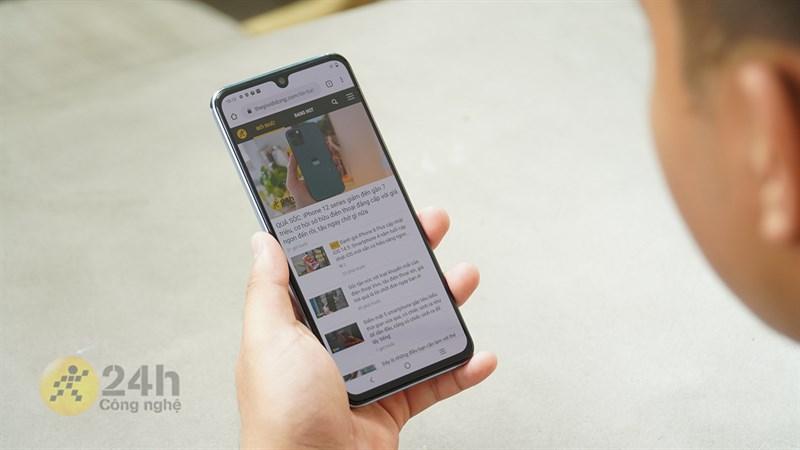 Vivo V21 5G cho mình cảm giác cầm nắm chắc tay