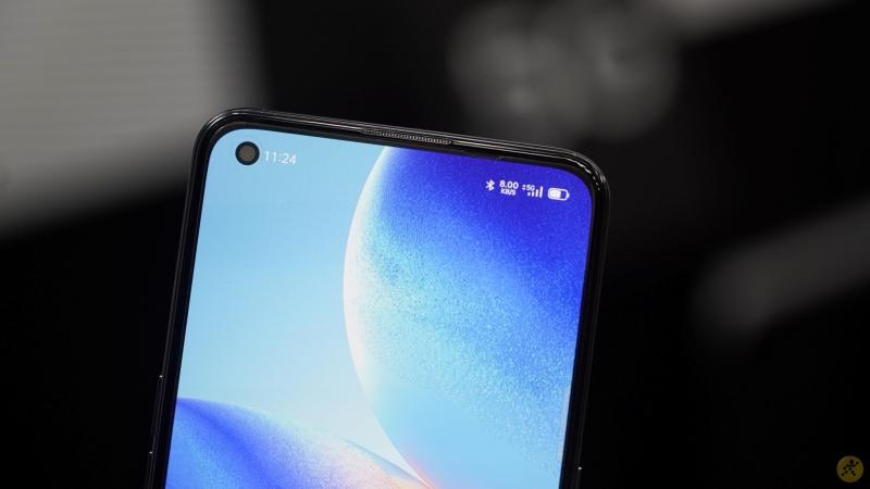 OPPO Reno6 5G lộ ảnh trên tay ngoài đời thực, màn hình đục lỗ, bốn góc máy bo cong giống như iPhone 12