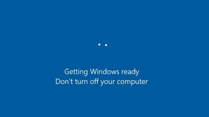 Chúng ta không nên tắt máy tính trong khi đang cập nhật Windows. (Nguồn: EaseUS).