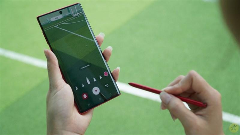 Samssung Galaxy Note 20 có thiết kế góc cạnh, mạnh mẽ.