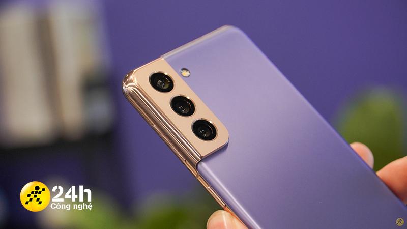 Samsung đã trang bị thêm một lớp kim loại nối liền từ phần viền máy, vừa có công năng bảo vệ cụm camera và vừa tạo nên dấu ấn đặc biệt, tôn thêm dáng vẻ sang trọng cho Galaxy S21 5G.