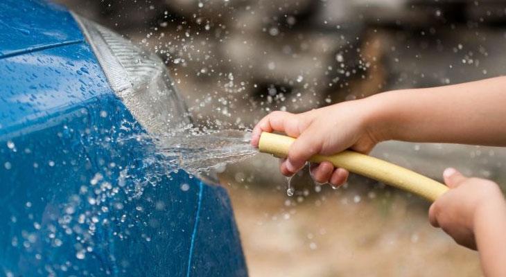 Tận dụng nước thải sau khi giặt để rửa sân