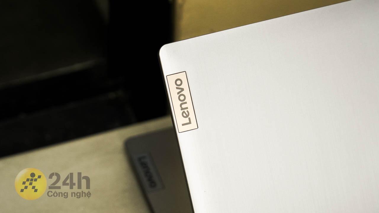 Mặt lưng của laptop chỉ có mỗi logo Lenovo mà thôi
