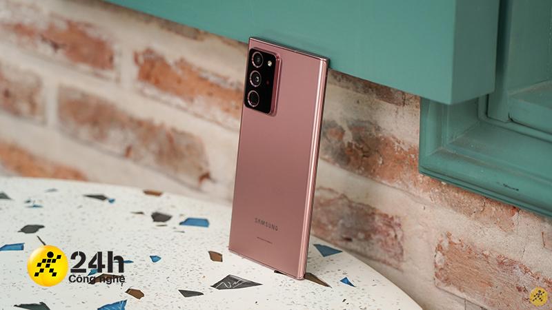 Mặt lưng nhám hạn chế bám bẩn cùng khung viền kim loại siêu sang của Galaxy Note 20 Ultra.