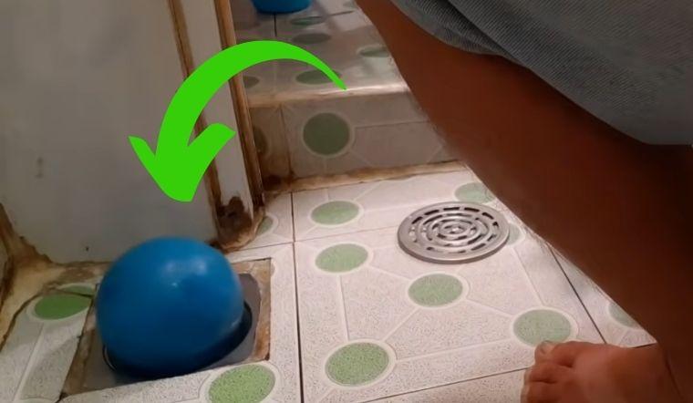 Chẳng còn cảnh cống nhà vệ sinh bốc mùi khó chịu chỉ nhờ 1 quả bóng
