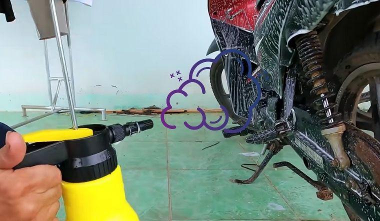 Mẹo tạo bình rửa xe bọt tuyết siêu dễ đi mưa về tự xịt sạch xe khỏe re