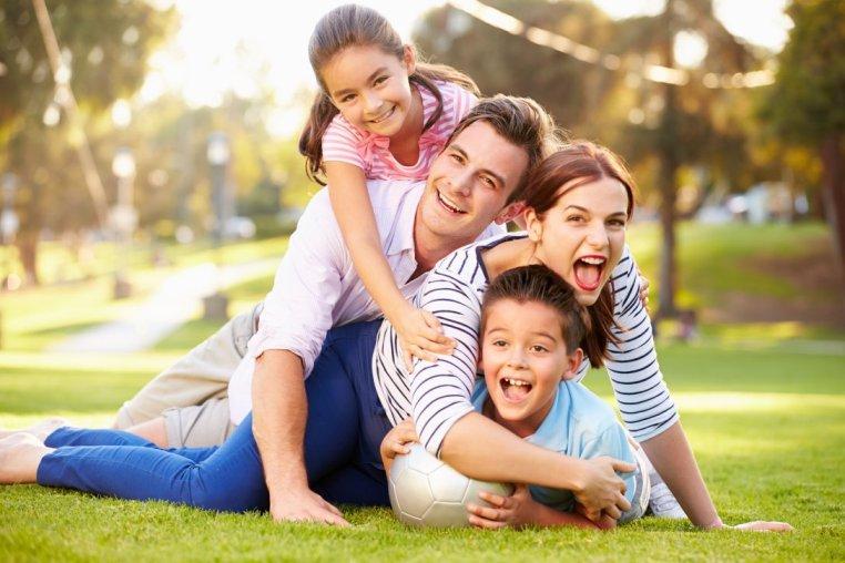 Hình ảnh gia đình chơi đùa bên nhau