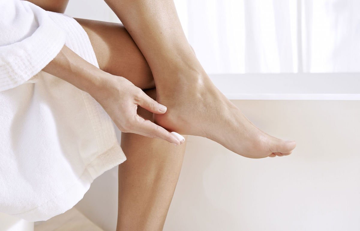 Dưỡng ẩm cho vùng da gót chân