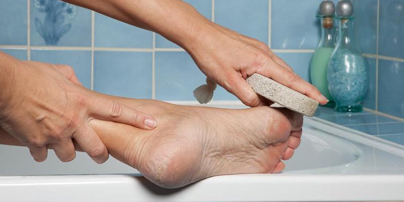 Xoa bóp và tẩy da chết cho da chân thường xuyên