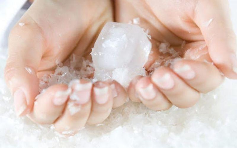 Đá càng lạnh thì khả năng dính vào da khi tiếp xúc càng cao