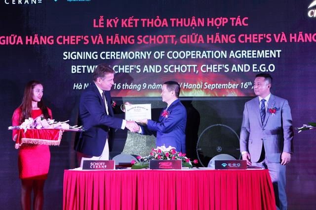 ký hợp đồng thỏa thuận hợp tác với hãng sản xuất kính Schott và hãng sản xuất linh kiện E.G.O tại Hà Nội.