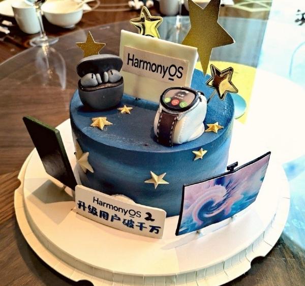 Bánh ăn mừng HarmonyOS 2 có hơn 10 triệu thiết bị cài đặt
