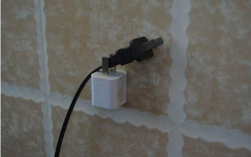 Sử dụng đầu sạc cũ để làm vật treo giữ, bảo vệ đầu dây điện tốt hơn