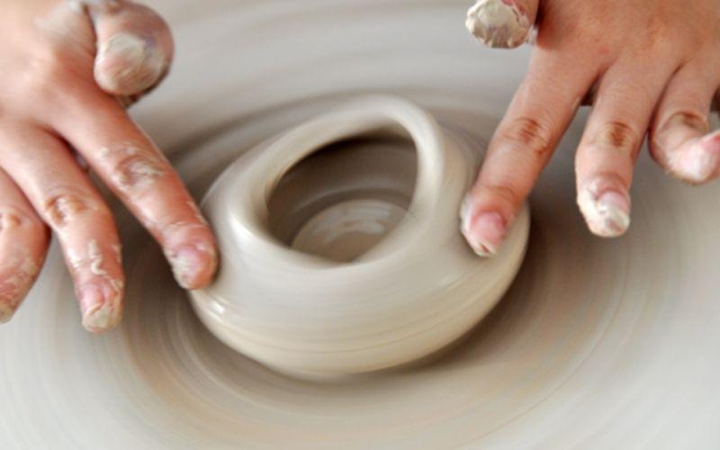 Một trong những ứng dụng của cao lanh là dùng trong nghề làm gốm