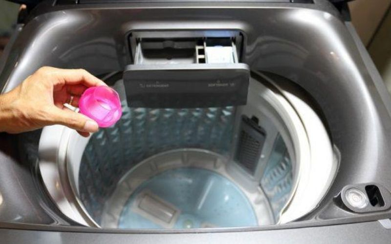 Nên cho nước xả vào chỗ nhiều nước trong lồng giặt hoặc hòa tan nước xả với nước trước