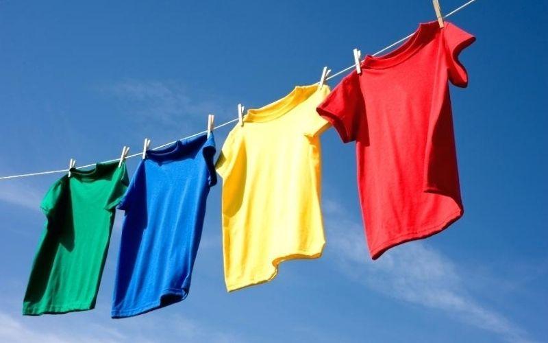 Giặt đồ xong bạn nên đem chúng ra khỏi lồng giặt và đi phơi ngay