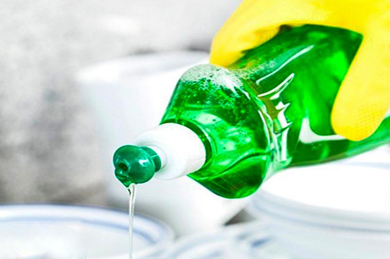 Khử đồ nhựa bằng nước nóng và nước rửa chén