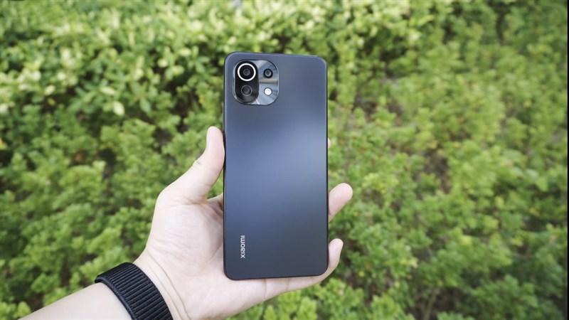 Mặt lưng được làm bằng kính phủ mờ AG trên Xiaomi Mi 11 Lite 5G. (Nguồn: Gizmochina).