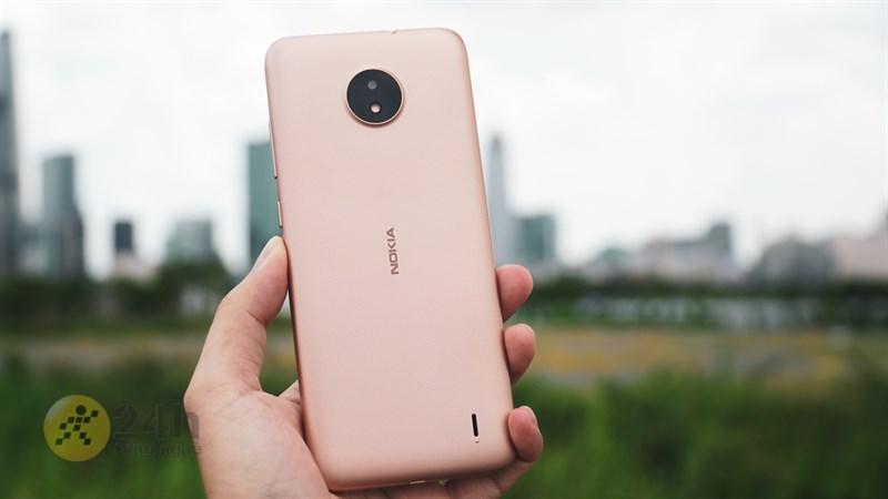 Mình thấy Nokia C20 màu vàng trông lạ mắt và thu hút nên chọn em ấy trên tay cho các bạn xem