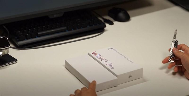 Với 2 hộp đựng như trên, có vẻ LG sẽ bán riêng lẻ điện thoại và phụ kiệ.
