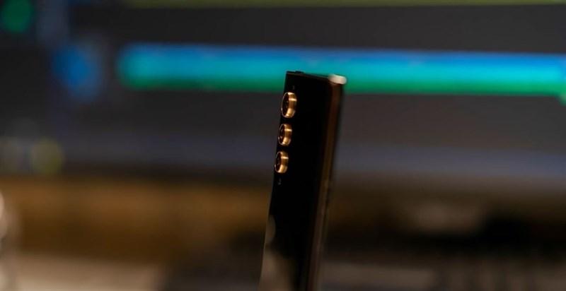 Ở mỗi ống kính sẽ có phần viền kim loại vàng ánh kim bọc xung quanh.
