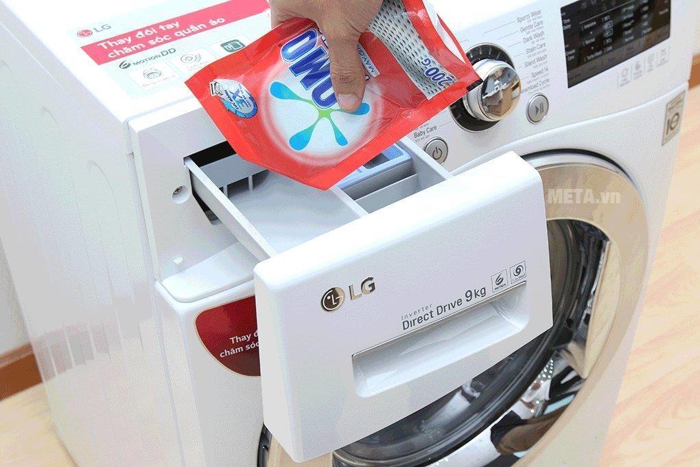 Đổ nước giặt vào ngăn bột giặt