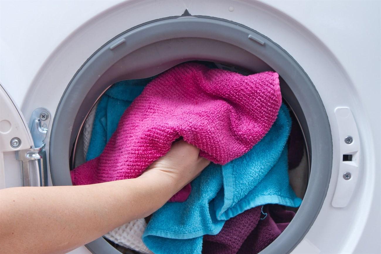 Cho quần áo vào máy giặt