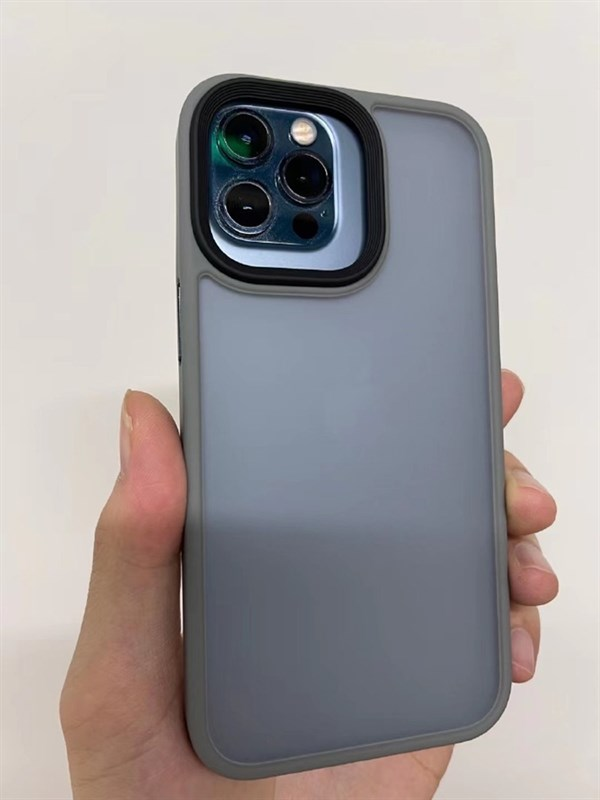 iPhone 12 Pro trong ốp lưng của iPhone 13 Pro